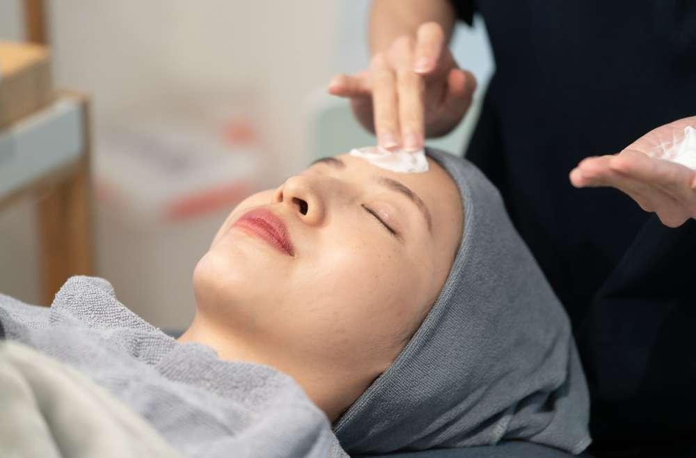 Chemical Peeling – Kegunaan, Proses, Hasil, dan Risiko